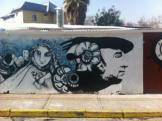 Grafite faz alusão ao poeta Pablo Neruda no bairro Bellavista, em Santiago