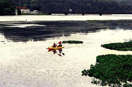 Turistas em caiaque em rio dentro do parque Soberania, no Panamá