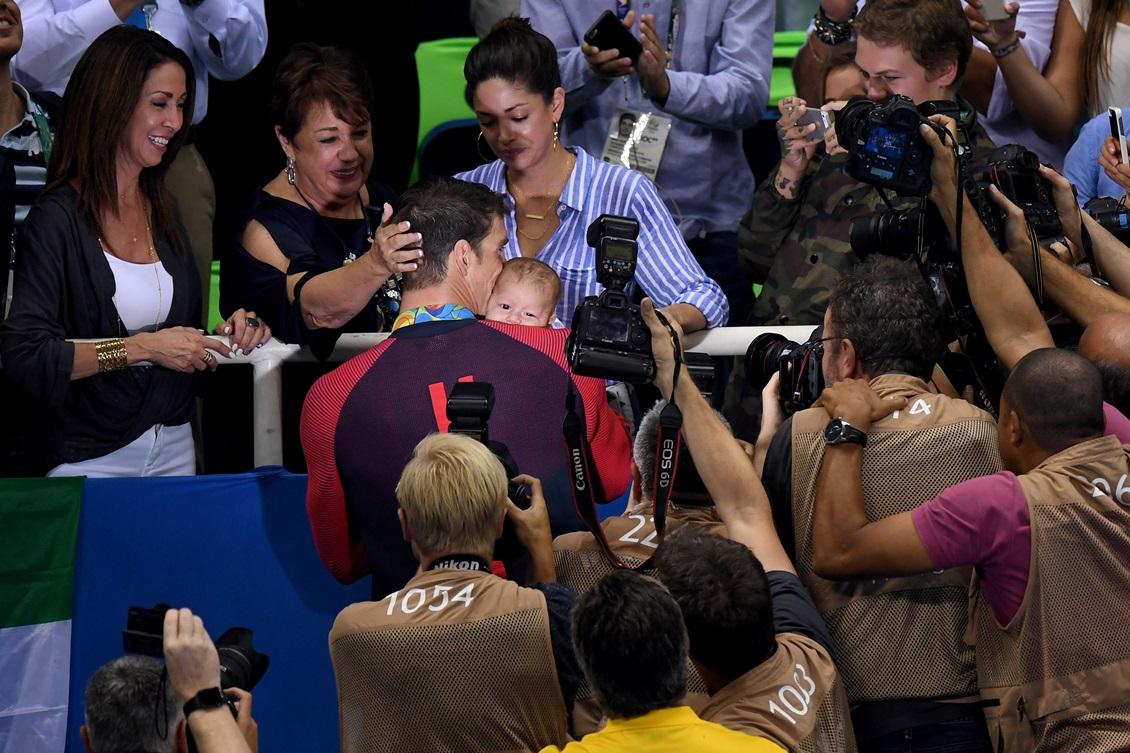 A esposa de Phelps, Nicole, estava na arquibancada com o filho do casal, Boomer, que ganhou um beijo bastante especial do pai. Foto: David Ramos/Getty Images